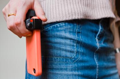 iPhoneでカッコよくシャッターを切る「iPhone Shutter Grip」
