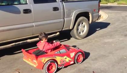 乗り物おもちゃを電動に改造しちゃった親子の動画