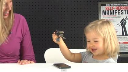 「iPhone 5」背面を鍵で引っかいて傷付くか検証した動画