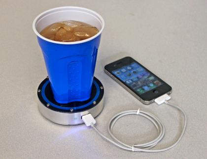 飲み物を置くとスマホが充電できる不思議なコースター「Epiphany onE Puck」