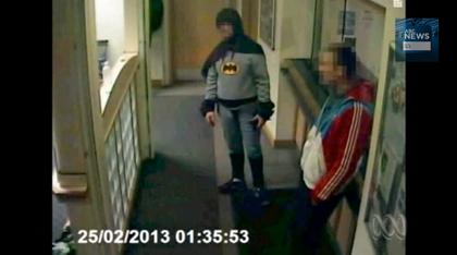 【動画あり】バットマンが容疑者を警察に引き渡し立ち去る事案が発生
