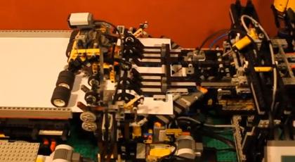 【動画あり】これがLEGO!?自動で紙飛行機を折るマシン