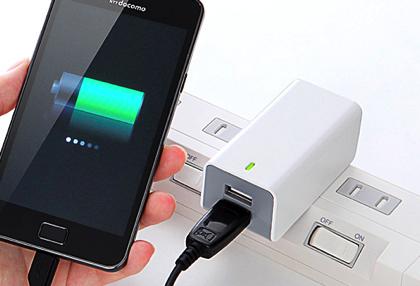 スマートフォンを2台同時に充電できる2ポートUSB充電器(700-AC005W)