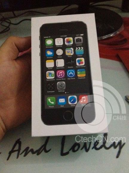 「iPhone 5S」のパッケージとされる写真が公開される → ホームボタン周囲にシルバーのリング