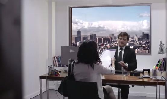 【動画】隕石が落ちてくる〜!!薄型テレビの美しさを証明するために窓に仕組まれたドッキリ