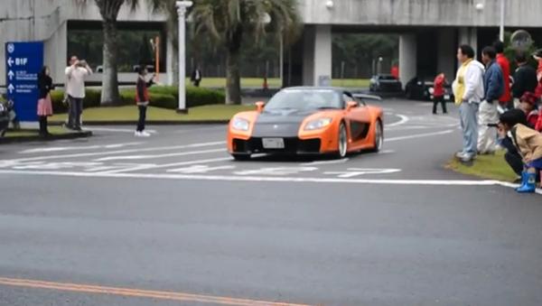 【閲覧注意】スーパーカーを追いかけ暴走 → 歩道の観客をはねる