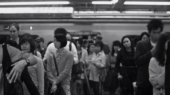 【動画あり】走る電車の中からハイスピードカメラで撮影した人間は生ける彫刻【クロックアップ】