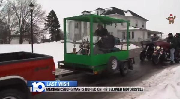 【動画あり】愛車のハーレーに乗ったまま埋葬されるという願いを叶えた男性