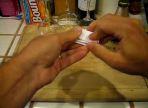 【動画あり】A4用紙で瓶ビールの栓を抜く方法