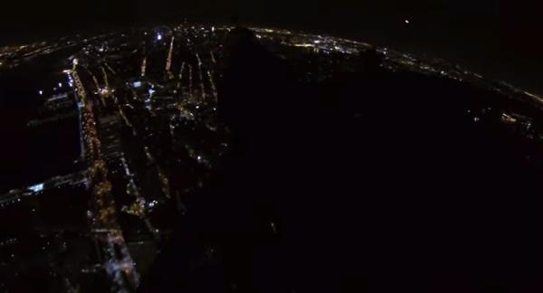 【動画あり】バットマンみたい!?「1 ワールドトレードセンター」から真夜中のベースジャンプ