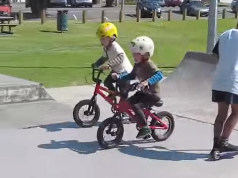 【動画あり】BMXを乗りこなす4歳の双子がかわいい!