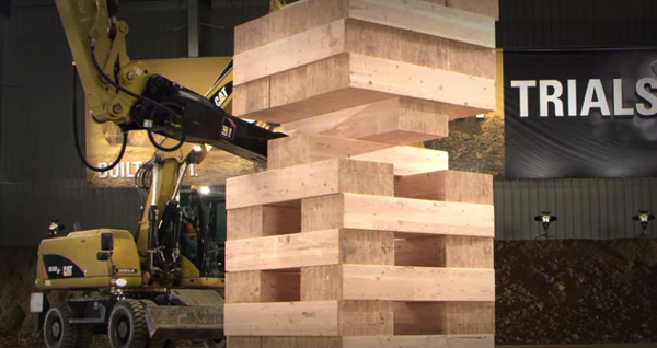 【動画あり】小さいお子さんとどうぞ!建設機械たちが協力する巨大なジェンガ