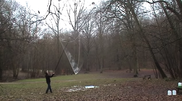 【動画あり】想像以上だった!巨大なシャボン玉を2本の長い棒と紐から作り出す