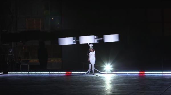 【動画あり】レディ・ガガのために作られた空を飛べるドレス「Volantis」