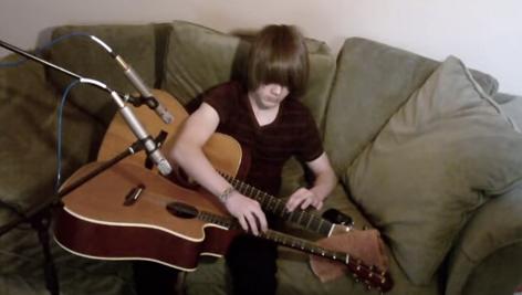 【動画あり】右手と左手でそれぞれ別のギターをまるでピアノのように弾く男性