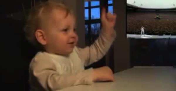 【動画あり】テラかわゆす!フレディー・マーキュリーの掛け声にあわせてノリノリになる赤ちゃん