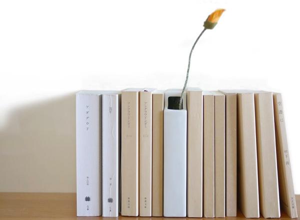 本棚に収まる本の形をした花瓶「はなぶんこ」がかわいい