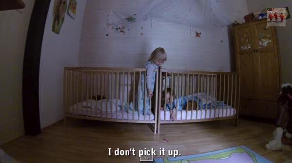 【動画あり】ベビーベッドから落としてしまったおしゃぶりを拾いたい双子の作戦