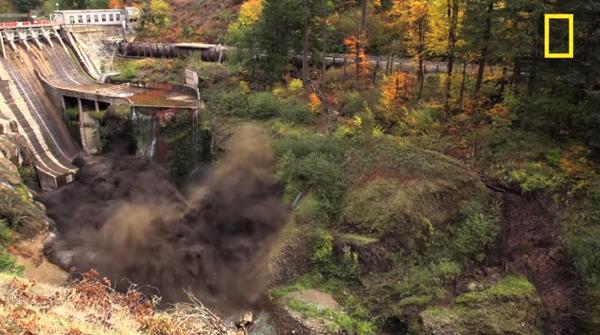 【動画あり】黒煙と共に水が噴き出す!ダムの放流の瞬間はちょっと怖い