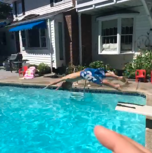 【動画あり】プールに飛び込む子どもを手で捕まえるトリック動画