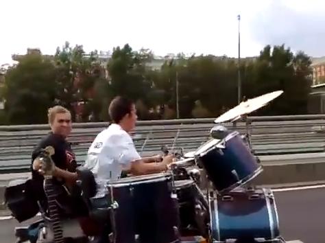 【動画あり】ドカドカうるさいロックンロールバンドさ〜♪高速で移動しながら路上ライブするバンドが登場