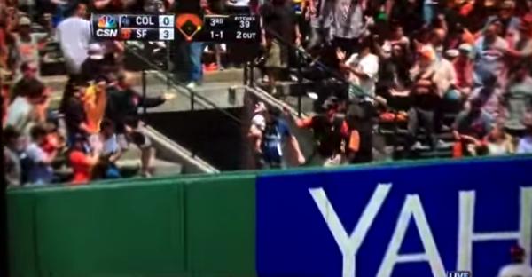 【動画あり】赤ちゃんを抱っこしながらワンハンドキャッチでホームランボールを捕るオヤジ