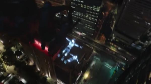 【動画あり】LEDの男が公園やビルの上を走ったりジャンプする幻想的なレクサスのCM