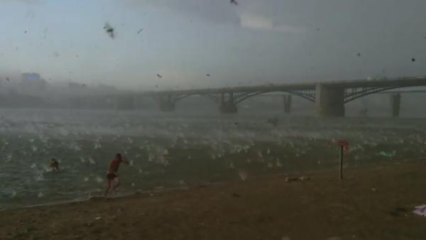 【動画】天気が急変!ビーチに巨大な雹が降り注ぐ!