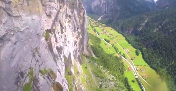 【動画】ギリギリ!ウィングスーツで滝の裏側を通り抜ける