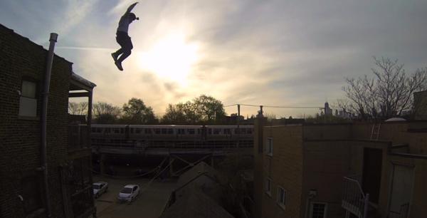 【動画】見ている方もドキドキする‥‥屋根から屋根への大ジャンプ