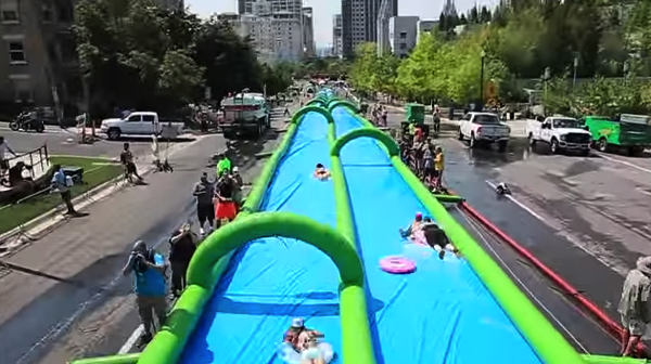 【動画】街中の坂を利用した超巨大なウォータースライダー「Slide the City」がまた行われていた!