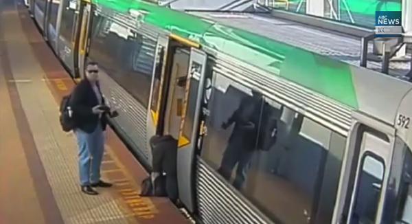 【動画】列車とプラットフォームの隙間に足がハマってしまった男性を乗客たちが助ける!さて、どうやって?