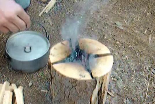 【動画】短めに切った丸太を4つにカットして行うスウェーデン式の焚き火がなかなか機能的(スウェーデントーチ)