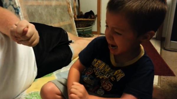 【動画】うわーん、ぼくの耳が取れちゃったよー!と泣きだす男の子がかわいい