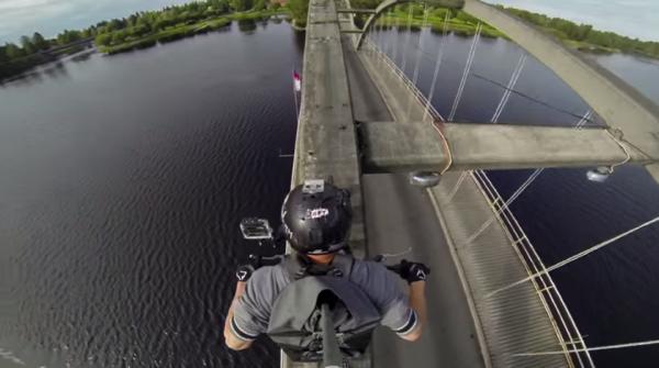 【動画】橋だけど橋じゃない場所をバイクで渡る動画