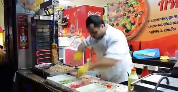 【動画】超スピードの手技でラップサンドを作るロシア人
