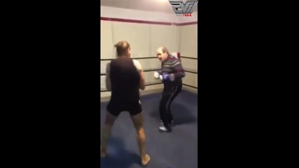 【動画】老人だと侮ってはいけない!強烈なパンチで若い格闘家を撃沈