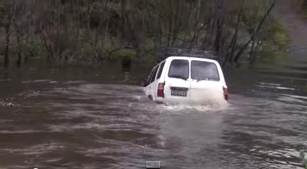 【動画】完全に水没!それでも川を横断してしまうランドクルーザー