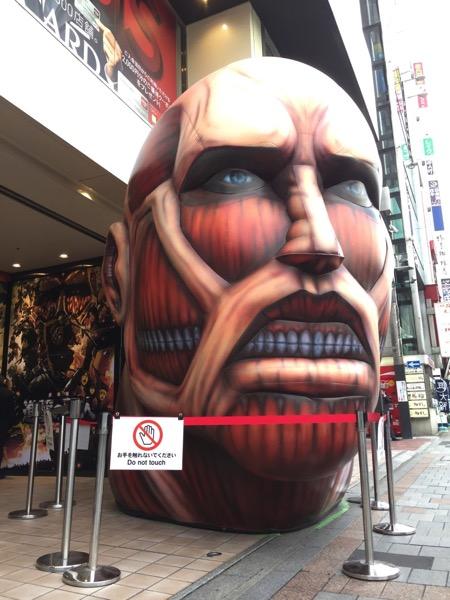 上野にアノ巨人の頭部が出現!?「上野マルイ」と上野の森美術館「進撃の巨人展」がコラボ開催!