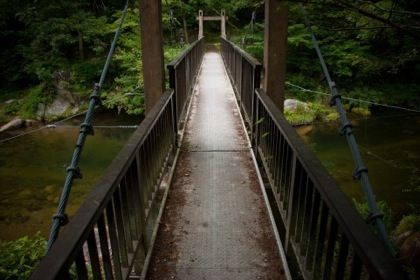 吊り橋のワイヤが切れる → 通行中の高校生7人は手すりに掴まって助かる