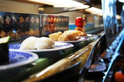くら寿司あるある「狙っていたお寿司が近くまで来た際、寿司キャップの「鮮度くん」がうまく開けられずに焦る」