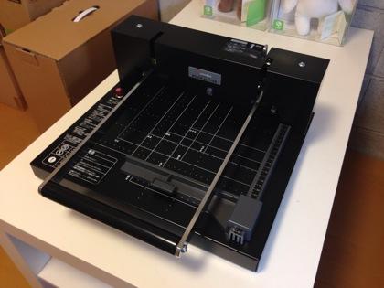「自炊裁断機200DX」ハンドル折り畳みで収納もコンパクト!本気の自炊なら初心者にもオススメの裁断機