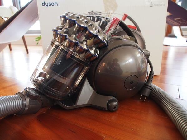【dyson】「DC63」メカメカしさと生物ぽさを兼ね備えたデザインの掃除機