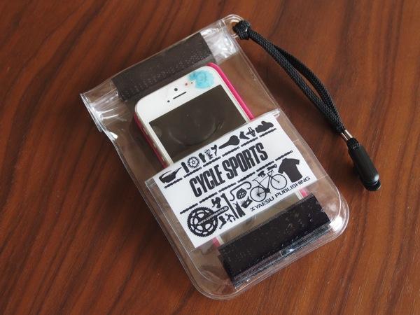 iPhoneが入る「オリジナル防水ポーチ」が付録の自転車雑誌CYCLE SPORTSが届いた → オマケだけどコインやカードも外ポケットに入れられるなかなか良いケース!