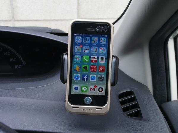 片手で簡単にiPhoneを取り付けられて角度や上下も自在に調節できる車載ホルダーがなかなかイイっす!(200-CAR026BK)