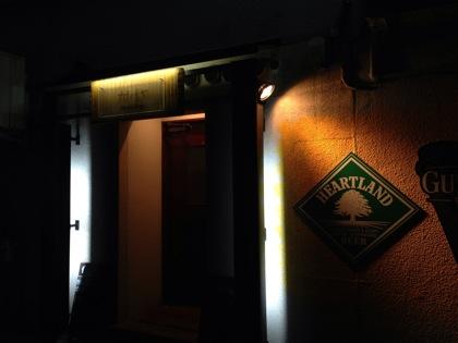 地元の日本酒のカップ酒が飲めるスポーツバー「カナイチヤ」(鳥取)