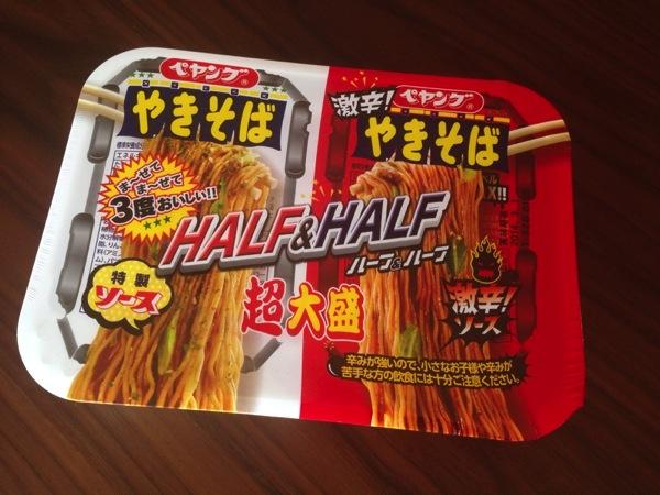 【ペヤング】ハーフ&ハーフ!特製ソース&激辛ソースの超大盛やきそば