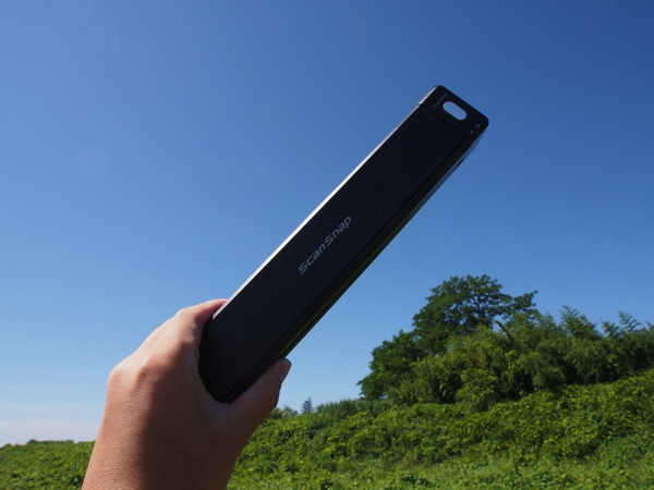 「ScanSnap iX100」PCレスでセットアップ、WiFiでiPhoneと接続、バッテリ駆動でモバイル、わずか400g、青空の下でスキャンする!