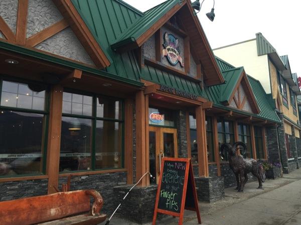 ジャスパーでジャスパーのクラフトビールが飲める店「Jasper Brewing Co」地下にマイクロブリュワリーがあるよ! #アルバータ秋旅 #カナダ
