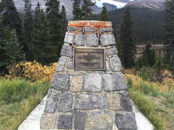 「サンワプタ峠(Sunwapta Pass)」太平洋・大西洋・北極海の分水嶺の記念碑 #アイスフィールド・パークウェイ #アルバータ秋旅 #カナダ